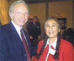 ジョー・リーバーマン米上院議員とラビア・カーディルさん