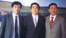 安倍元首相と日本ウイグル協会イリハム・マハムティ氏、世界ウイグル会議セイット・トムトルコ氏